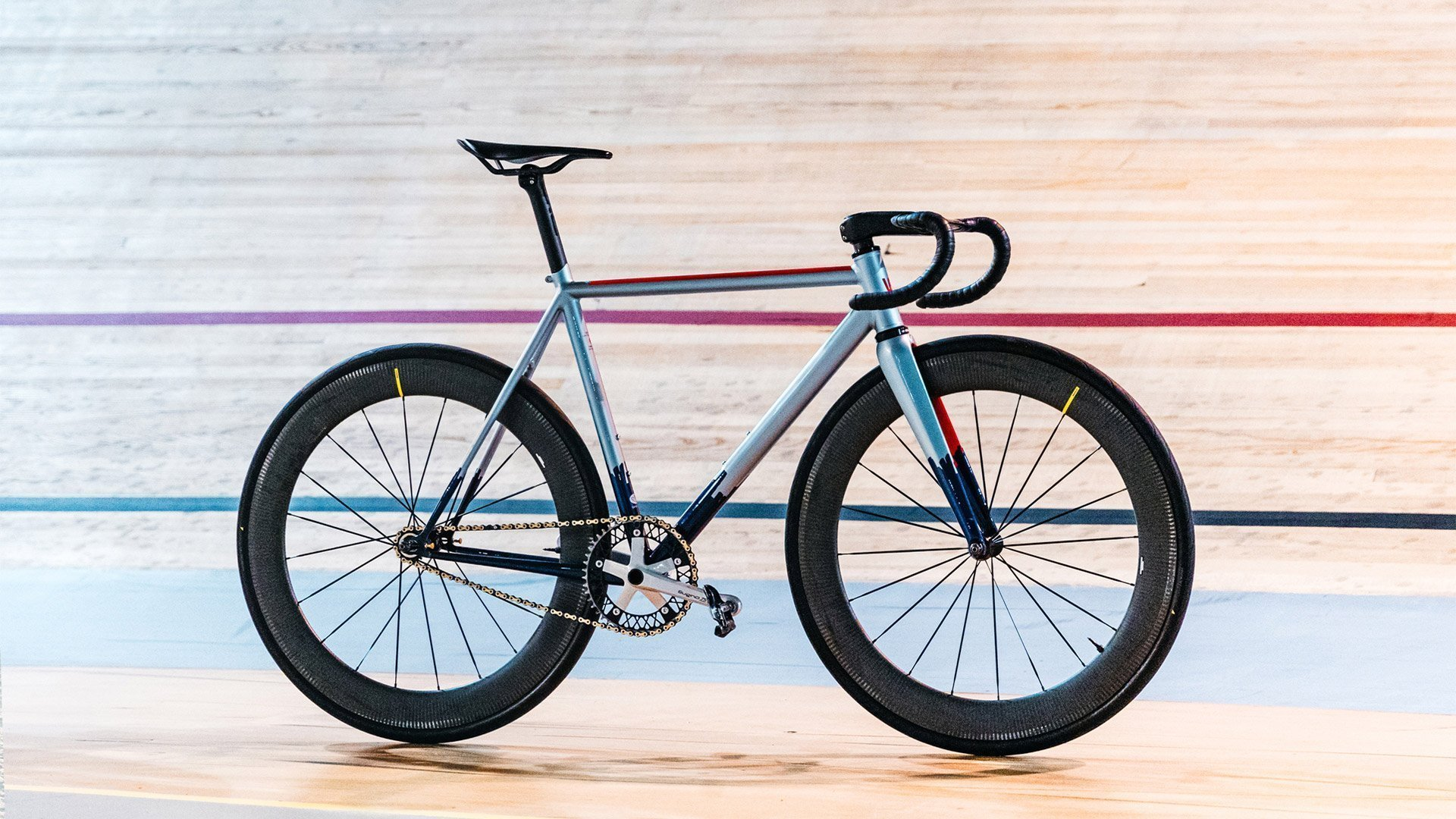 Fixed gear bike Wish One Criterium on an indoor track