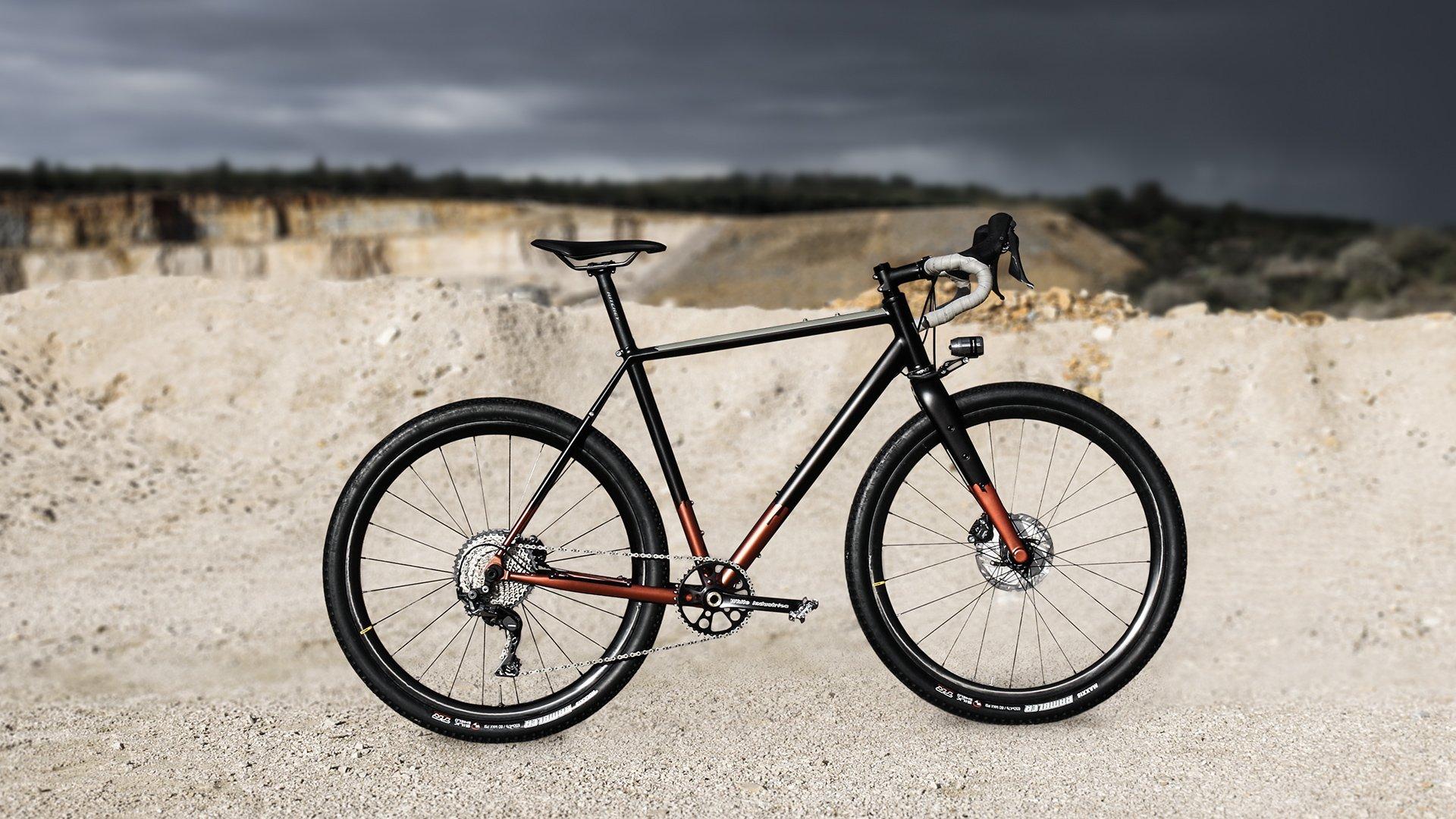 Vélo Wish One Quest Gravel noir et cuivre de profil sans équipement bikepacking dans une carrière